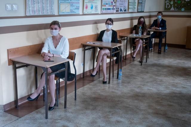 Matury próbne 2021 rozpoczęły się w środę, 3 marca i potrwają do 16 marca. Uczniowie zmagać się będą z arkuszami przygotowanymi przez Centralną Komisję Egzaminacyjną. Na początek czeka ich egzamin z języka polskiego na poziomie podstawowym. Publikujemy arkusze CKE z egzaminu z języka polskiego na poziomie podstawowym. Sprawdź arkusz--------->