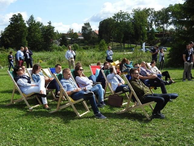 Start-up Summer Camp był też bardzo przyjaźnie zorganizowaną dla uczestników (leżaki, hamaki, pufy, poduchy, kolacja przy grillu, litry lejącej się kawy) przestrzenią wymiany doświadczeń start-uperów z Polski Wschodniej. Okazją do nawiązywania kontaktów, spotkań z potencjalnymi inwestorami i ekspertami oraz zdobywania wiedzy niezbędnej do prowadzenia firmy.