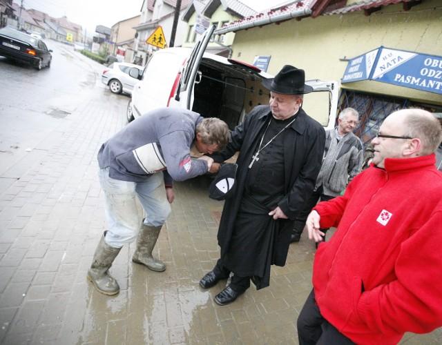 W poniedziałek kardynał Dziwisz odwiedził mieszkańców Łapanowa