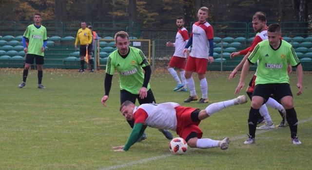 Piłkarze Powiślanki Lipsko (w biało-czerwonych strojach) pokonali na wyjeździe Jodłę Jedlnia-Letnisko.