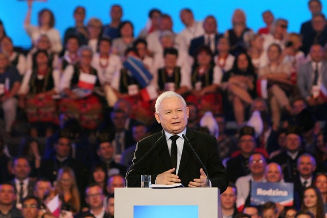 """Prezes PiS Jarosław Kaczyński podczas konwencji partii na Politechnice Gdańskiej przypomniał historię """"Solidarności"""" i przekonywał, że dziś również trzeba walczyć o poprawę bytu """"zwykłych pracowników"""". Temu jego zdaniem ma służyć m.in. podniesienie płacy minimalnej."""