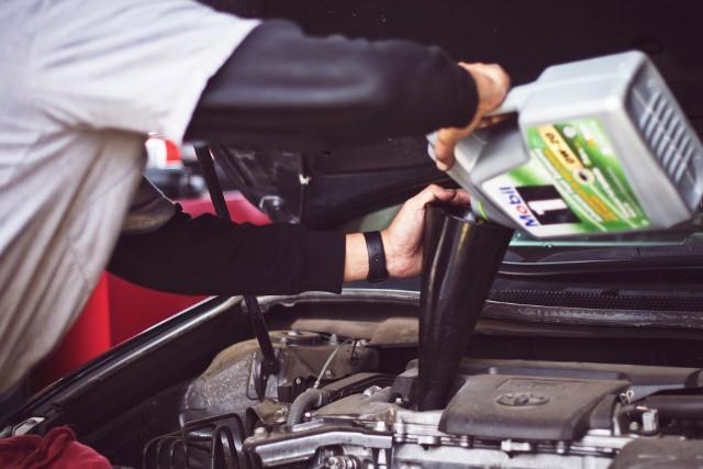Najczęstsze usterki samochodów potrafią każdemu skutecznie zepsuć radość z posiadania samochodu. Każdy model auta ma swoje słabe punkty i doświadcza usterek, o których możliwości wystąpienia użytkownicy innych pojazdów nawet nie wiedzą, ale są też takie rzeczy, które prędzej czy później zdarzą się w każdym samochodzie. Takich awarii najczęściej można uniknąć tylko prewencją, o co warto zadbać zawczasu. Kiedy dopuścimy do zniszczenia jednego elementu, może się okazać, że przy okazji uszkodzą się także inne, a naprawa będzie bardzo kosztowna. Na co zwracać uwagę? Co zdarza się najczęściej? Zobacz w galerii!