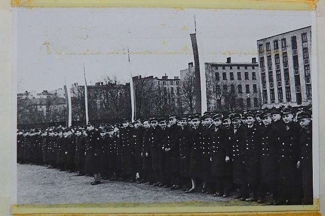II Liceum Ogólnokształcące to najstarsza szkoła średnia w Łodzi. Nic dziwnego, że jego archiwum mieści kroniki z setkami archiwalnych zdjęć. Dyrekcja II LO udostępniła nam kilka takich tomów. M.in. z fotografiami sprzed drugiej wojny światowej, które prezentujemy w galerii do tego artykułu.>>> Zobacz kolejne zdjęcie >>>