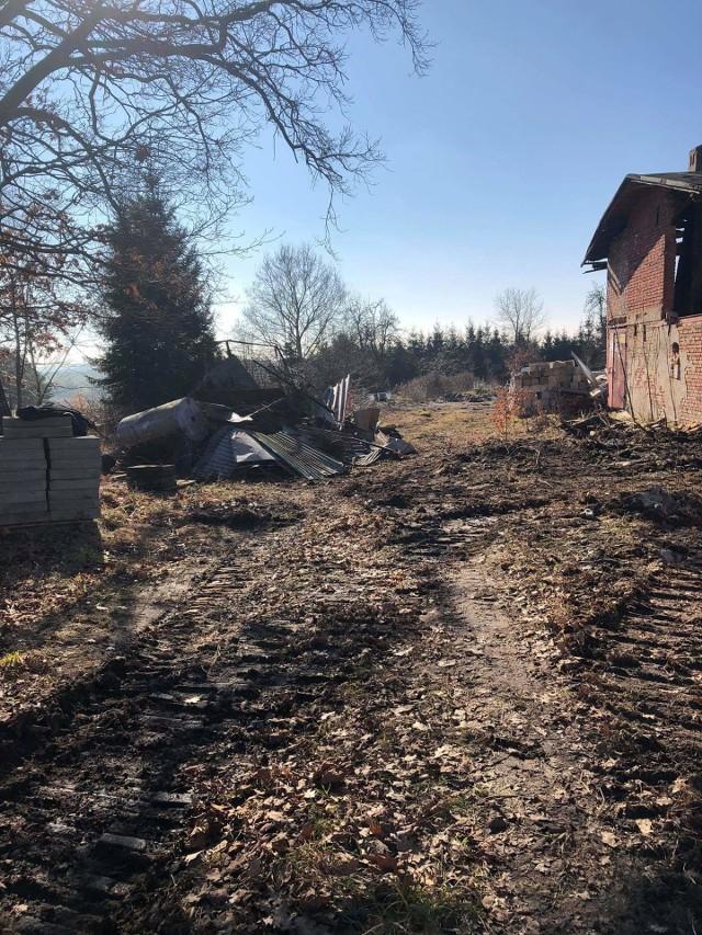 Ustalono, że w ognisku paliły się ościeżnice drzwi i drewno, a wokół budynku leżały posegregowane i złożone osobno odpady wielkogabarytowe, części metalowe i okna.