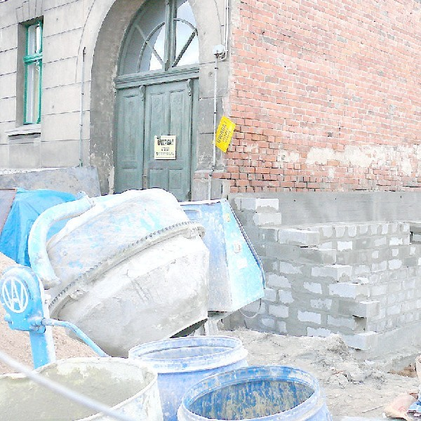 Aby powstrzymać dalsze pękanie starej kamienicy budowlańcy ekspresem wymurowali część ściany nowego domu.