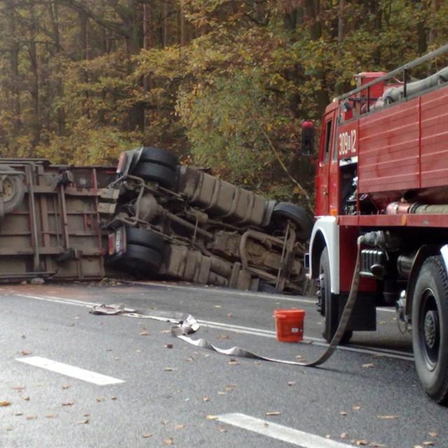 Straż usuwa skutki wypadku na krajowej 46. Drogę blokuje m.in. ciężarówka. Wkrótce więcej zdjęć z miejsca zdarzenia.
