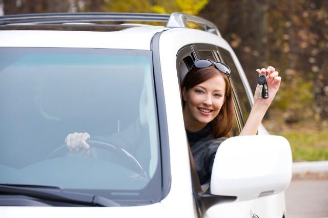Jak kupić samochód używany? Jakie dokumenty są potrzebne przy zakupie samochodu. Gdzie kupić samochód używany? Podpowiadamy i radzimy jak sporządzić prawidłowo umowę kupna-sprzedaży pojazdu. Zobacz wzoru dokumentów PDF do druku.