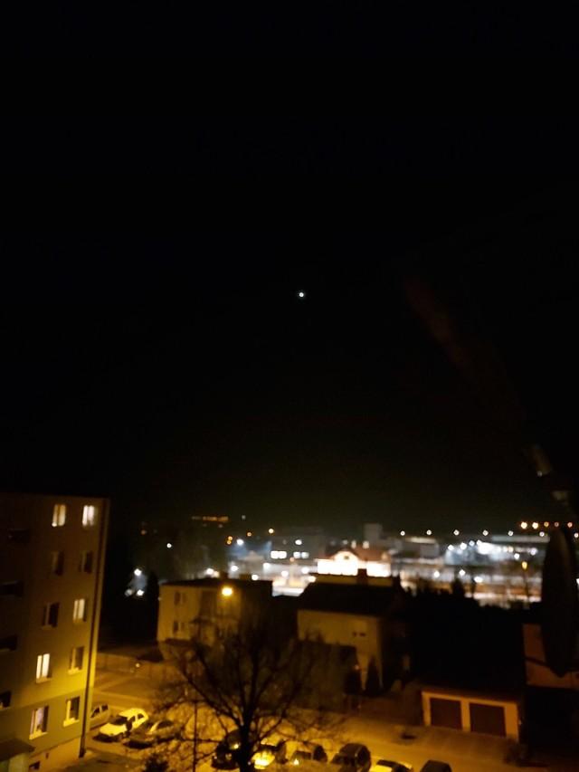 - Zauważyłem bardzo dziwne światło na niebie w okolicach Boguchwały -  napisał do nas pan Sławomir i podesłał wideo i kilka zdjęć. Czy ktoś wie co to jest? Czyżby UFO?ZOBACZ TEŻ: Niezwykłe zjawiska nad Rzeszowem? A gdyby tak Jowisz czy Saturn zamiast Księżyca… [ZOBACZ ZDJĘCIA];nf