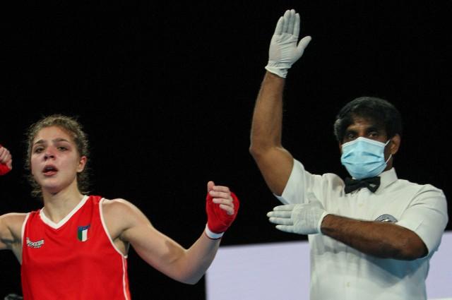 Ze względu na pandemię koronawirusa sędziowie nie podnoszą ręki zwycięzcy walki, tylko wskazują na triumfatora pojedynku.
