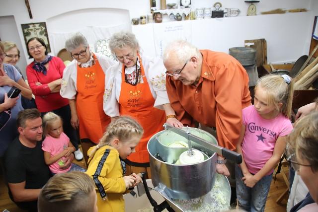 Wszyscy uczestnicy warsztatów z zaciekawieniem poznawali, jak to kiedyś gotowało się w borowiackiej kuchni