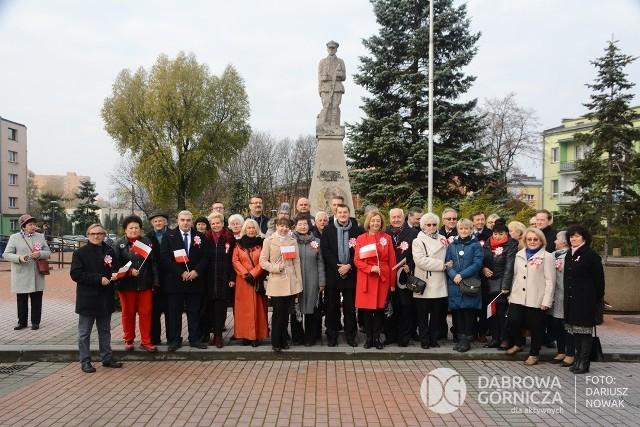 Pod pomnikiem Żołnierza Zwycięzcy w Dąbrowie Górniczej - Gołonogu kwiaty składane są 3 maja, ale także 11 listopada Zobacz kolejne zdjęcia/plansze. Przesuwaj zdjęcia w prawo - naciśnij strzałkę lub przycisk NASTĘPNE