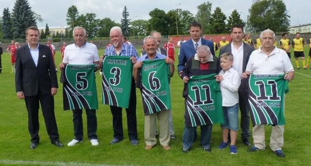 Prezydent Starachowic Marek Materek wręczył koszulki byłym znanym zawodnikom starachowickiego Staru.