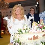 """Magda Gessler jak prawdziwa królowa świętowała 10-lecie """"Kuchennych rewolucji"""". Tort urodziny oraz najbliżsi świętowali jubileusz."""