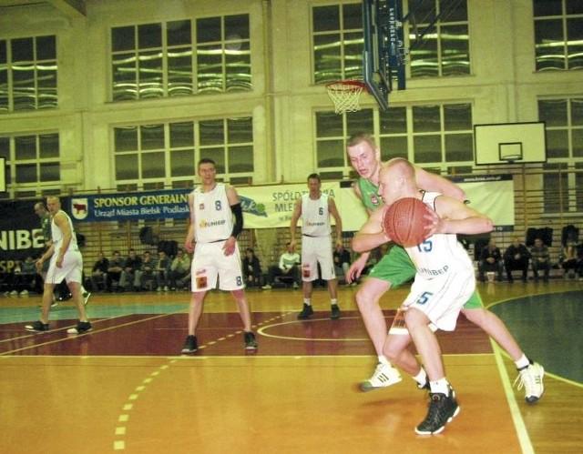 Dziewiętnastoletni Jakub Jóźwiuk (na zdjęciu w białym stroju z piłką) był w sobotę zmiennikiem swojego starszego brata Kordiana na pozycji rozgrywającego w zespole Tura, ale i tak zaliczył trzy asysty i zebrał sześć piłek