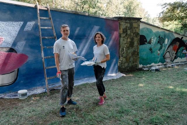 Artyści Agnieszka Sojka-Swoboda (Agula Swoboda) i Sławomir Konieczniak stworzyli murale po wewnętrznej stronie ogrodzenia śląskiego zoo. Znajdziemy je w pobliżu wybiegu z wielbłądami