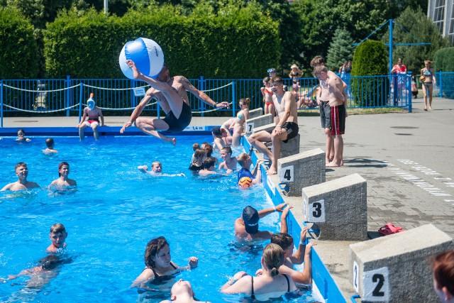 W niedzielę, 20 czerwca otwarty został basen odkryty Chwiałka. Pływalnia  letnia będzie czynna do końca sierpnia codziennie w godz. 9-19. W dzień otwarcia na Chwiałce pojawiły się tłumy poznaniaków szukających ochłody w upalny dzień. Na miejscu był też nasz fotoreporter. Zobacz zdjęcia z pierwszego dnia otwarcia sezonu na pływalni na Chwiałce.