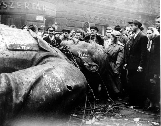 Mieszkańcy Budapesztu przy zburzonym pomniku Stalina