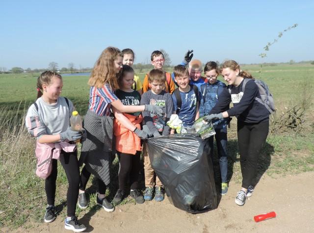 Uczniowie ze szkoły w Kiełczewie oczyścili ponad 5 kilometrów brzegów Bugu i jego starorzeczy.