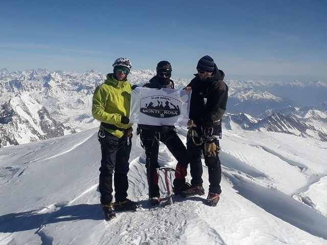 """Poznajcie bliżej mieszkańców gminy Gniewkowo, którzy wrócili właśnie z niezwykłej górskiej wyprawy. Zdobyli Mont Blanc zimą.Poprosiliśmy Mariusza Miszczyka o relację z wyprawy. Czyta się jednym tchem. Zresztą sami się przekonajcie:""""Jesteśmy grupą znajomych, których już od kilku lat połączyły wspólne zainteresowania. Jest nas razem już kilkanaście osób, a członków stopniowo przybywa. Poznawaliśmy się w różnych okolicznościach i przy różnych okazjach. Głównym motorem napędowym, naszej grupy jest Bartek Przybył mieszkający w Wierzbiczanach. To on zarażał nas po kolei swoją pasją. Ma też największe z nas doświadczenie górskie. Jako pierwszy, bywał już w Alpach, był też na Mont Blanc latem. Zaczęło się od wspólnych wyjazdów w Tatry, najpierw latem, potem zimą. Naturalnym kolejnym krokiem były Alpy. Tutaj wybór padł od razu na najwyższy szczyt Austrii - Grossglockner 3798 m.n.p.m. Zorganizowaliśmy dwie wyprawy na ten szczyt, w maju 2016 roku oraz pod koniec zimy, w marcu 2017 roku. To po tym wyjeździe padła propozycja, aby kolejną wyprawę, zorganizować na Mont Blanc. Od tego czasu, zaczęło się planowanie, szukanie informacji w internecie i przygotowania. Postanowiliśmy, że pojedziemy tam poza sezonem, głownie ze względów finansowych. W między czasie doskonaliliśmy umiejętności w Tatrach i na ściance wspinaczkowej. Od jakiegoś czasu, myśleliśmy też o sformalizowaniu naszych działań. Dlatego w grudniu 2018 roku założyliśmy stowarzyszenie o nazwie Klub Górski MONTE ROSA. 20 lutego 2019 roku o godz. 12.58 mieszkańcy Gminy Gniewkowo: Bartek Przybył, Mariusz Miszczyk i Maciej Burak oraz Bartosz Balas z Truskolasów, koło Częstochowy, już, jako członkowie Klubu Górskiego MONTE ROSA, stanęli na szczycie Mont Blanc, najwyższego szczytu Europy. Jego wysokość, ze względu między innymi na globalne ocieplenie, co roku się zmniejsza. Według ostatnich pomiarów wynosi około 4808 m. n.p.m. Było to dla nas niezwykłe osiągnięcie, dodatkową dumą napawa nas fakt, że dokonaliśmy tego zimą. Różn"""