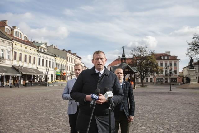Na zdjęciu od lewej: Marcin Kowalski, prezes Młodzieży Wszechpolskiej, Tomasz Buczek, pełnomocnik Ruchu Narodowego na Podkarpaciu (na środku), oraz Piotr Pomykała, działacz Ruchu Narodowego.