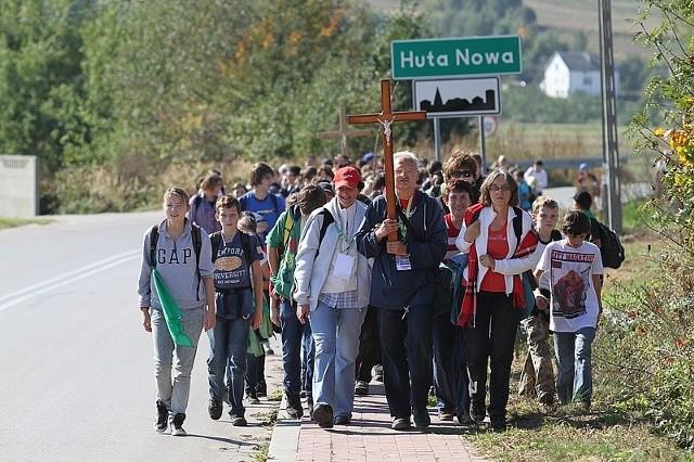 """Grupa prowadzona przez przewodnika świętokrzyskiego Jarosława Leszczyńskiego szła z Makoszyna trasą """"Słowiańską""""."""