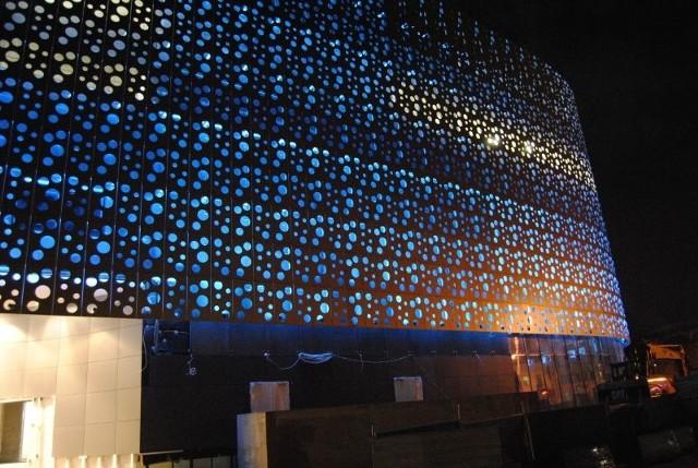 Trwają już próby podświetlnia elewacji Galerii Korona Kielce. Fot. materiały inwestora