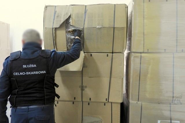 Funkcjonariusze KAS z Podlaskiego Urzędu Celno-Skarbowego zatrzymali do kontroli w pobliżu polsko-litewskiej granicy w Budzisku ciężarówkę na polskich numerach rejestracyjnych kierowaną przez 56-letniego Polaka.