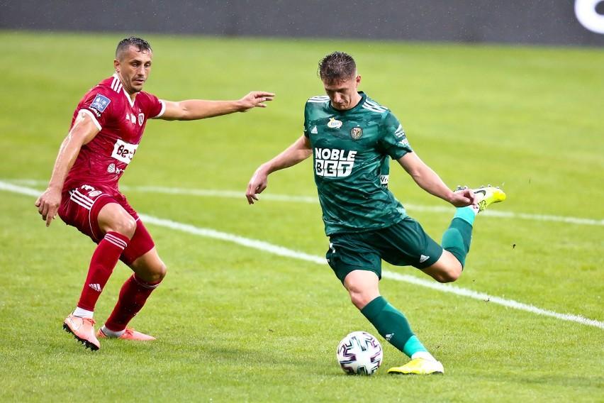 Fabian Piasecki (z prawej) jest wyłączony z gry. Piłkarz...