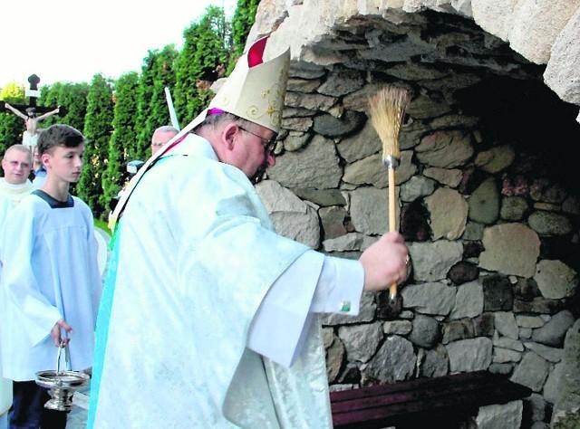 Biskup pomocniczy archidiecezji Chicago, Andrzej Wypych, pochodzi z Kaczkowic na ziemi kazimierskiej. Będąc z wizytą w kraju, poświęcił Grotę Matki Bożej z Lourdes
