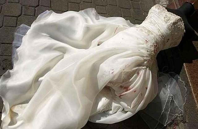 Suknia ślubna poplamiona jest krwią, ponieważ mężczyźni pokaleczyli się rozbijając witrynę sklepową.