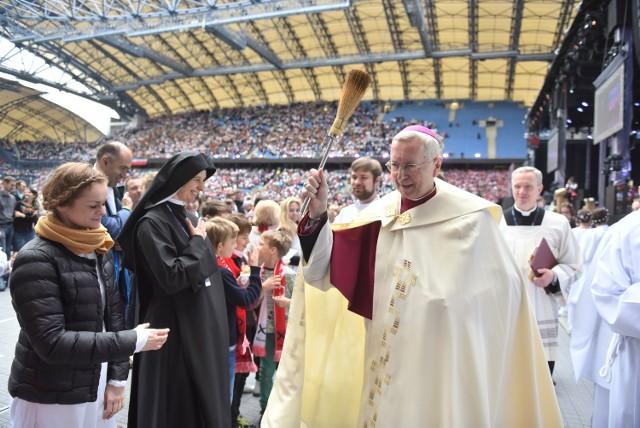 Biskupi na rocznicy chrztu: Potrzebna pomoc uchodźcom