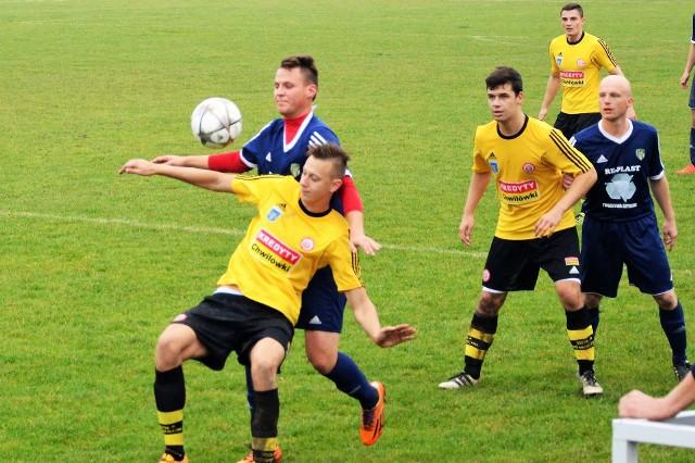 Piłkarze Soły Oświęcim (żółte koszulki) w połowie tygodnia w finale Pucharu Polski wygrali w Rajsku (5:1), co było dla nich także sprawdzianem przed ligową potyczką przeciwko Spartakusowi Daleszyce.