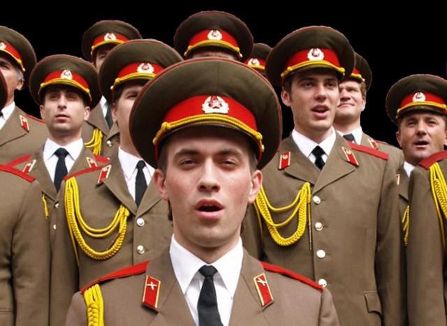 Ukraińscy śpiewacy występują w mundurach stylizowanych na te Armii Czerwonej
