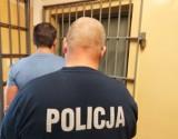 Pijany kierowca bez prawa jazdy uderzył samochodem w latarnię i budynek w Bełchatowie