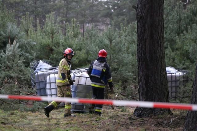 W Bolewicku, w lesie znaleziono 7 wyrzuconych pojemników. Identyczna ilość pojemników została zabezpieczona przez strażaków z powiatu wolsztyńskiego, a znajdowały się w okolicach drogi z Borui do Stefanowic. Ponadto - po około pół godzinie od pierwszego zgłoszenia - do dyspozytora Stanowiska Kierowania Komendanta Powiatowego KP PSP w Nowym Tomyślu wpłynęło zgłoszenie o kolejnych zbiornikach w lesie, tym razem w okolicach miejscowości Węgielnia.Przejdź do kolejnego zdjęcia --->
