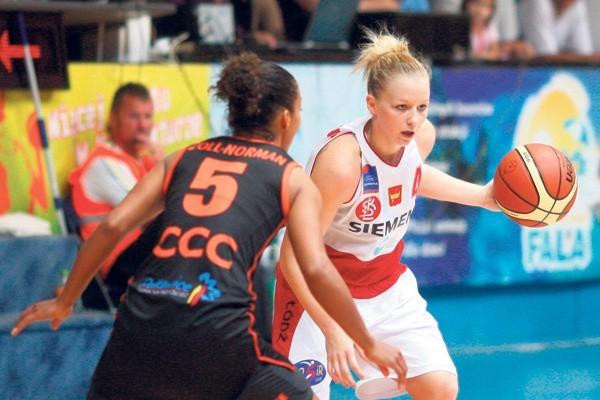 Z piłką koszykarka ŁKS Amerykanka Stephanie Raymond.