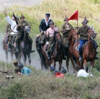 Kilkudziesięciu bolszewików na koniach atakowało wały Fortu III, którego dzielnie broniło Wojsko Polskie oraz ludność cywilna
