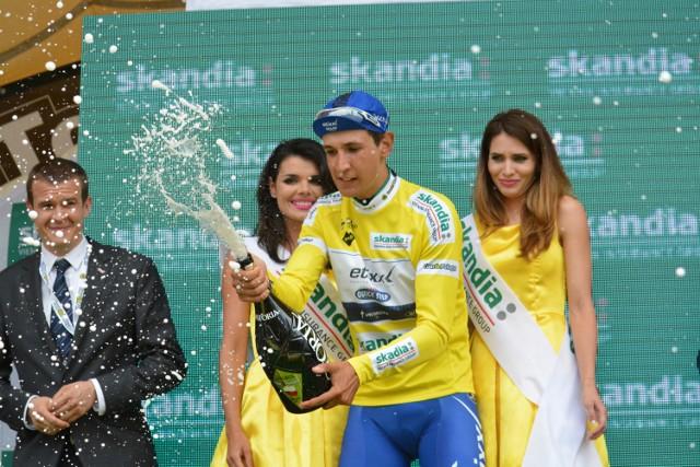 Kolarze jechali ulicami Warszawy. Najszybciej finiszował Włoch Davide Martinelli.