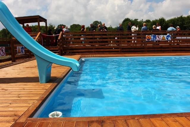 W tym tygodniu mają zostać napełnione dwa odkryte baseny, które zostaną ustawione nad zalewem w Lisowicach.Będzie można z nich korzystać wraz z początkiem wakacji. Cennik, który będzie obowiązywał na obiekcie, jest jeszcze w fazie ustalania.Całość powstającego w Lisowicach parku wodnego ma być otwarta 26 czerwca. Od tego dnia odwiedzający będą mogli korzystać z plaży, kąpieliska ze zjeżdżalnią oraz dwóch basenów. Ile będzie kosztować wejście na obiekt?Czytaj więcej na następnej stronie