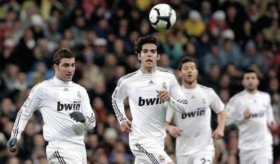 Kaka (na pierwszym planie) i Gonzalo Higuain (z lewej, obaj Real Madryt) w akcji Fot. PAP/EPA/JUANJO MARTIN