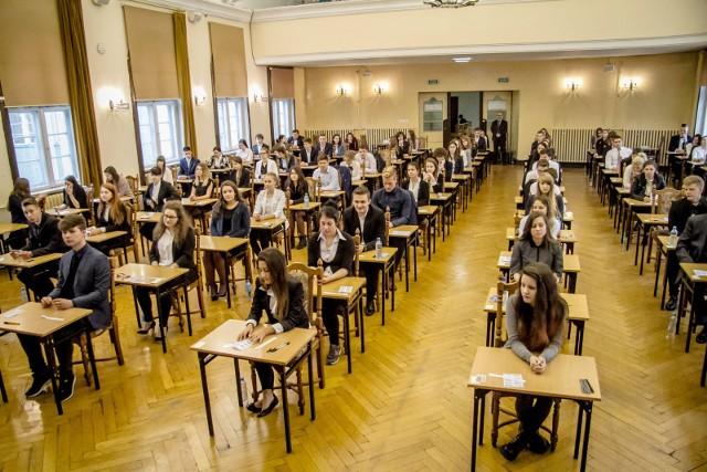 MATURA PRÓBNA 2017. W dniach 21-24 listopada w całej Polsce odbędzie się próbna matura z Operonem. Sprawdź pytania i odpowiedzi z próbnej matury 2017. JAKIE BYŁY PYTANIA NA MATURZE PRÓBNEJ? Na początek matura próbna z języka polskiego. ARKUSZE MATURA PRÓBNA 2017.