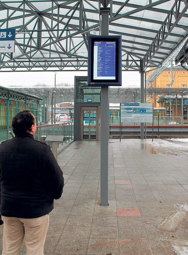 Wyświetlacze na toruńskim Dworcu Głównym działają, a plan stacji wywieszony przy wejściu od strony ulicy Kujawskiej został wymieniony