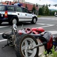 Kobieta na motorowerze zjechała na prawy pas i przewróciła się.