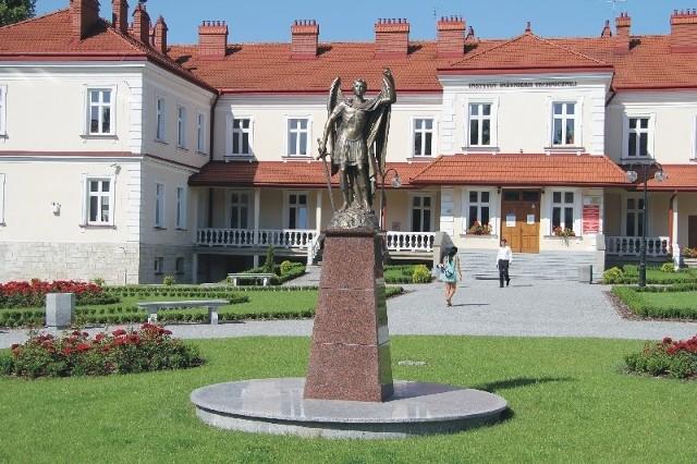 Jarosławska PWSTE należy do liderów państwowych szkół zawodowych w Polsce. Nz. dziedziniec uczelni.