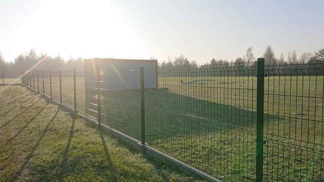 Młodzież przeskakuje przez siatkę i gra w piłkę!