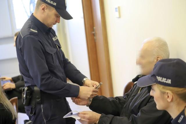 Zabójstwo w Czyżach. Prokuratura: Zadźgał sąsiadkę, bo pokłócili się o wycięcie drzewa. 73-latkowi grozi dożywocie