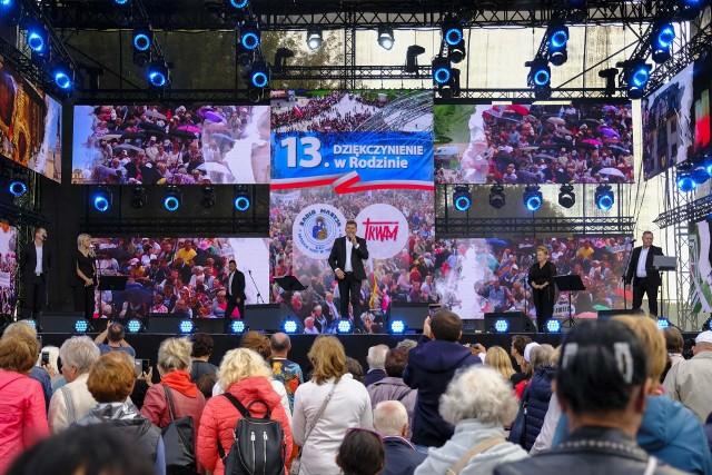 Pielgrzymi z całej Polski zjechali w sobotę (04.09) do Torunia, by wspólnie uczestniczyć w 13. Dziękczynieniu w Rodzinie. Jednym z punktów programu tego wydarzenia był koncert zespołu Bayer Full. Zobaczcie fotorelację! Zobacz także: Toruń: Trwa 13. Dziękczynienie w Rodzinie. Zobacz zdjęcia!