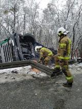 Pcim. Samochód przewożący drewno wylądował w rowie kołami do góry
