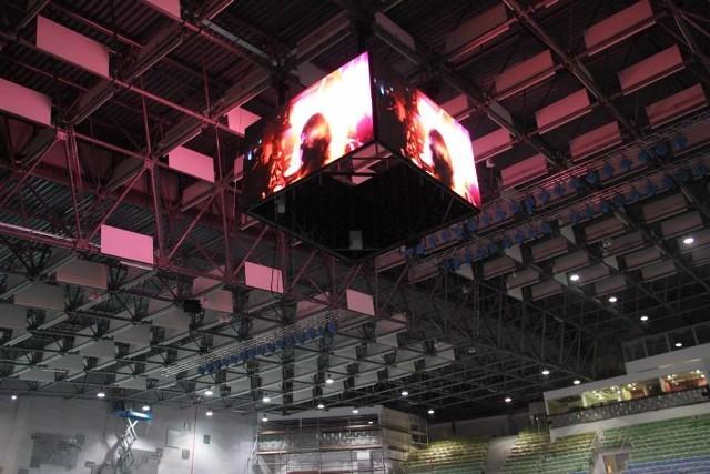 Telebim, który wczoraj zawisł pod dachem hali składa się z 4 ekranów.