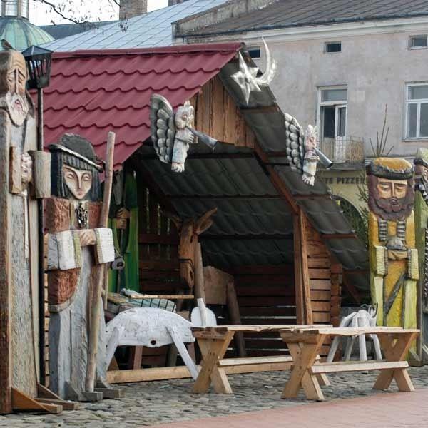 Największą atrakcję stanowi w Krośnie drewniana szopka z figurami Świętej Rodziny, Trzech Króli, aniołami, pasterzami i zwierzętami, ustawiona w Rynku.